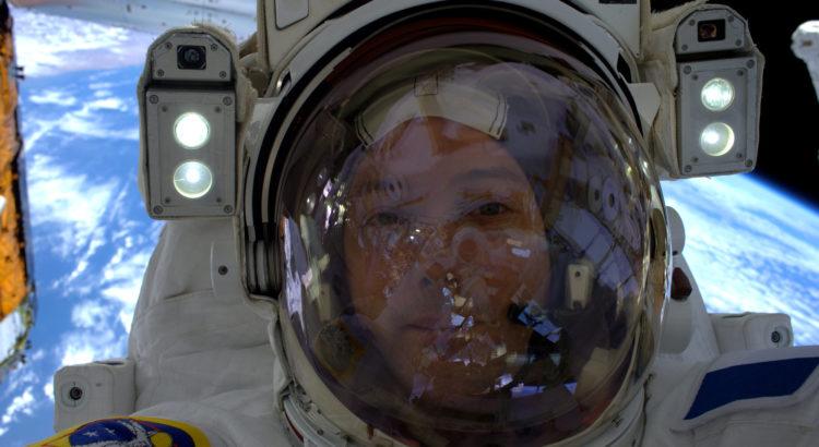 selfie de Thomas Pesquet lors de sa première sortie dans l'espace