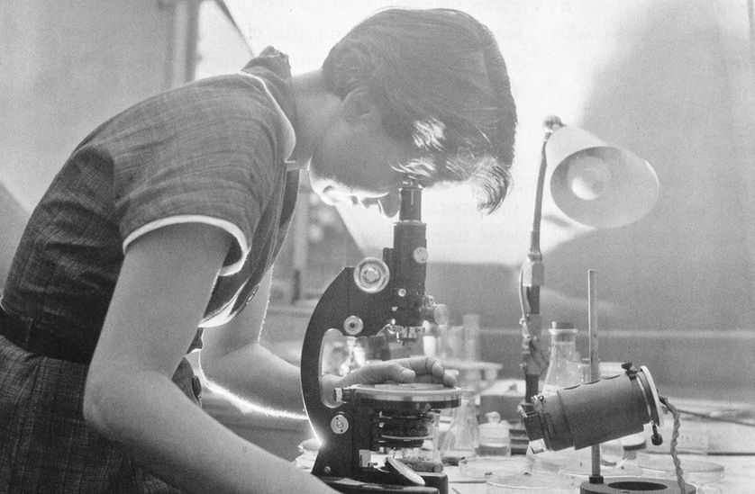 rosalind Franklin et son microscope