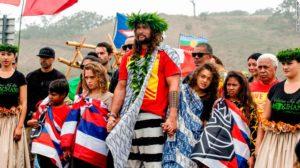 jason momoa manifeste à Mauna Kea à Hawaii