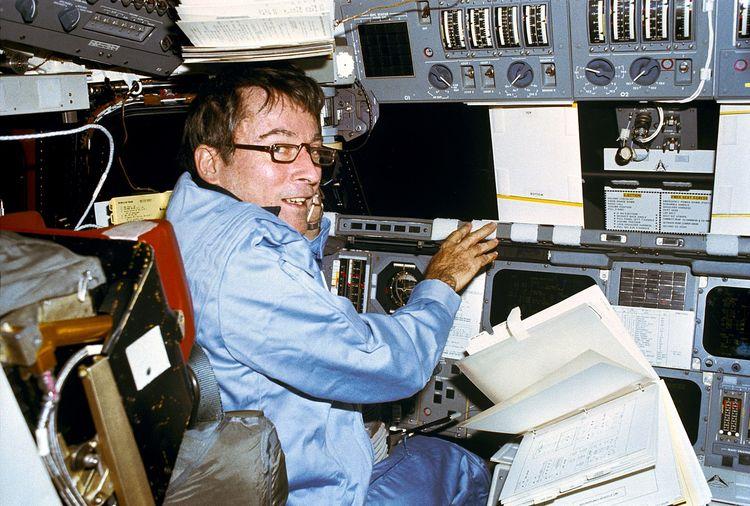 John Young pilote le premier vol orbital de la navette spatiale américaine
