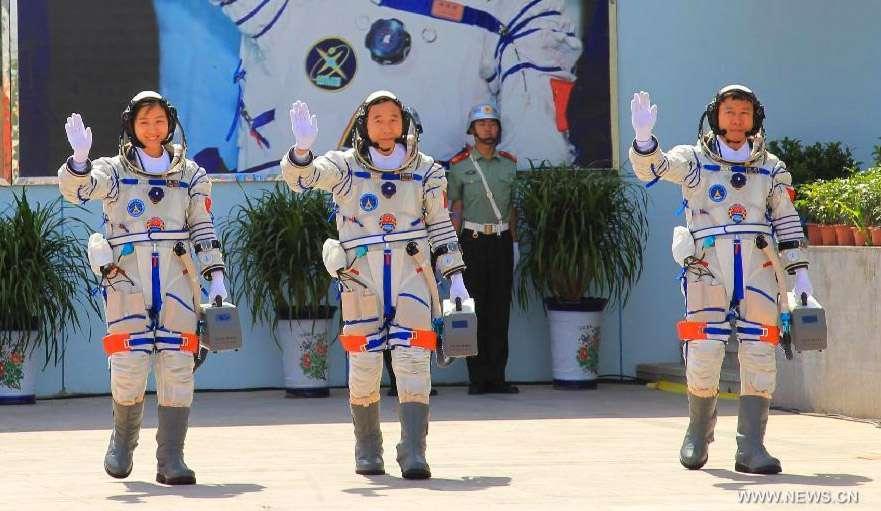 Les astronautes chinois de Shenzhou-9, Jing Haipeng (au centre) , Liu Wang (à droite) et Liu Yang (à gauche), première femme chinoise dans l'espace